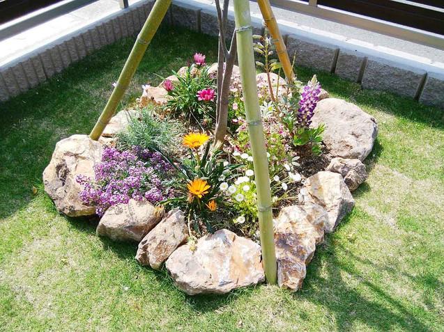 シンボルツリー根元のミカモ石のミニ花壇