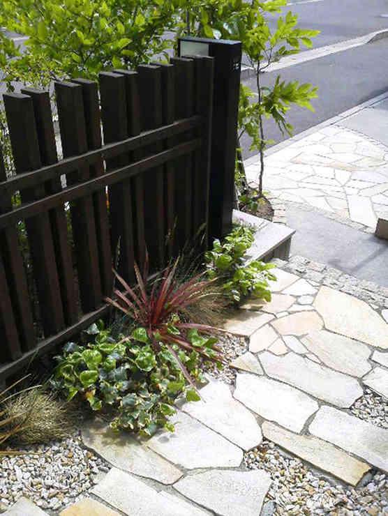 乱形石貼りの通路と支柱