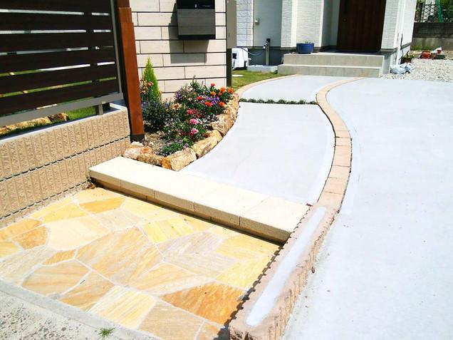 乱張りイエロータイルとコンクリートの曲線のアプローチ