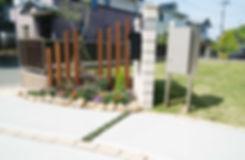 門柱と宅配ボックスのあるセミクローズド外構