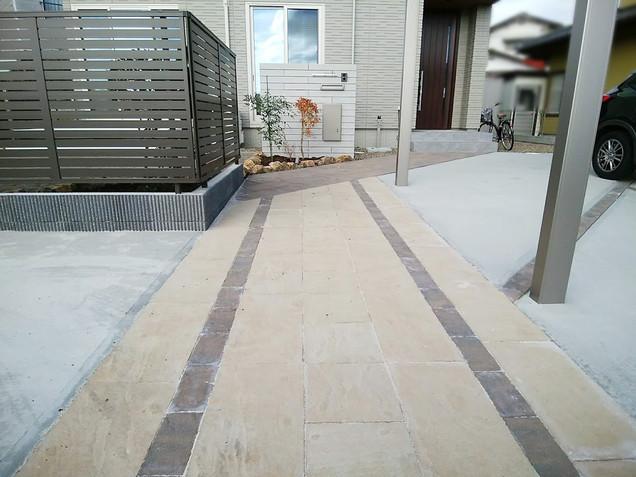 2色の石目調の敷材のアプローチ