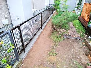 地先境界ブロックで仕切られていた境界を一旦撤去し、ブロックを並べてメッシュフェンスを設置しました。フェンスで仕切られた空間だと、安心出来ます。