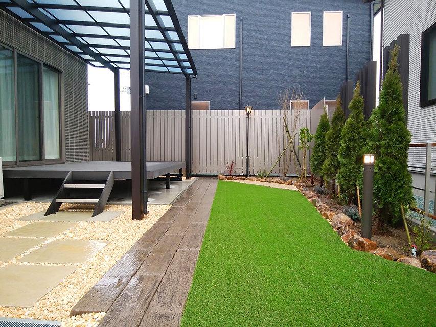 ウッドデッキとテラス屋根、人工枕木のしきり、人工芝生