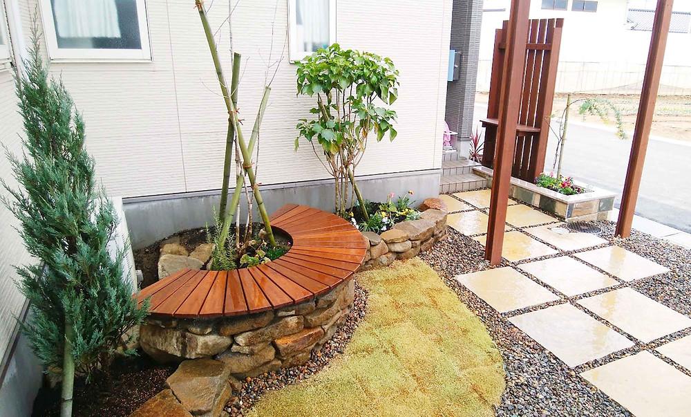 手造りのアーチベンチと植栽