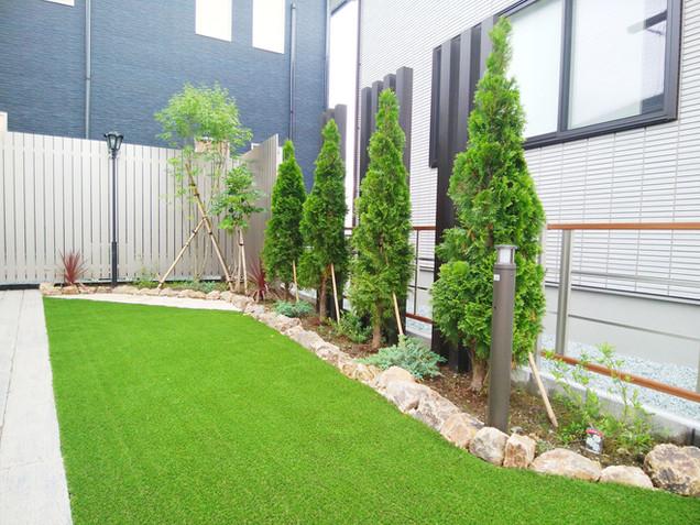 コニファーを植えたお庭の花壇