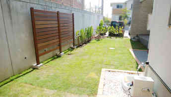 木製フェンスと植木
