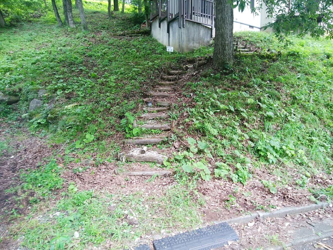 施工前は、安全面で不安の残る丸太の簡易階段が設置してありました。