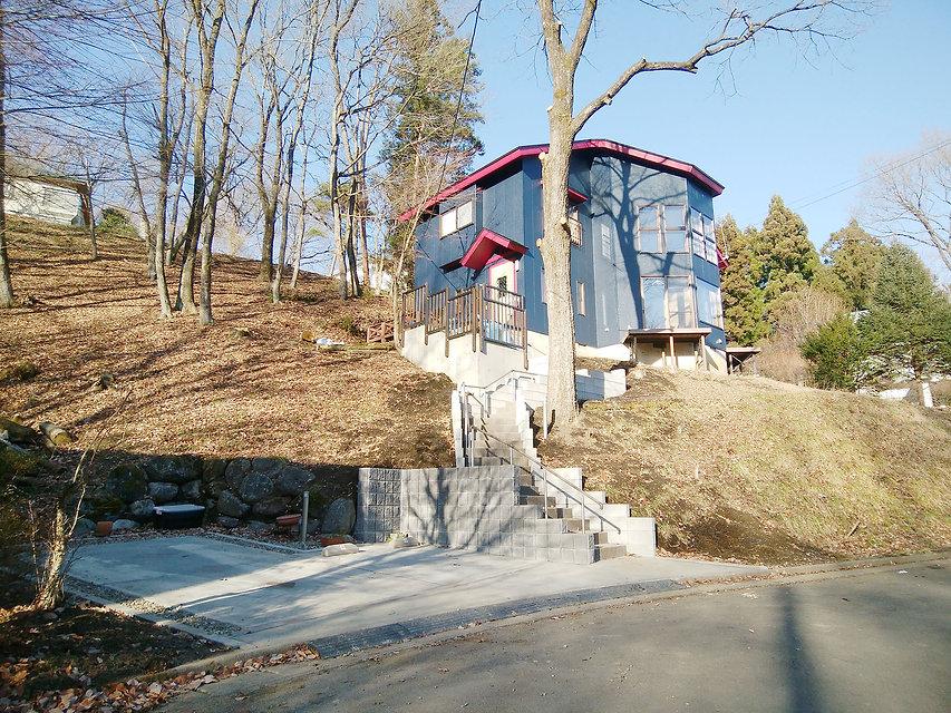 長い階段のアプローチと駐車場