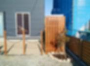 フレキシブルロープと木製支柱で仕切った出入口、木目調のアルミフェンス