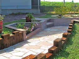 石張りとレンガ調のミニ花壇