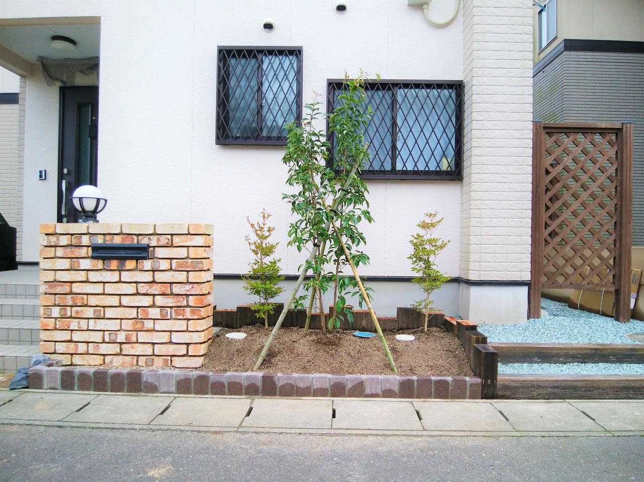 施工後:シンボルツリーを植えて犬走りへの階段を設置