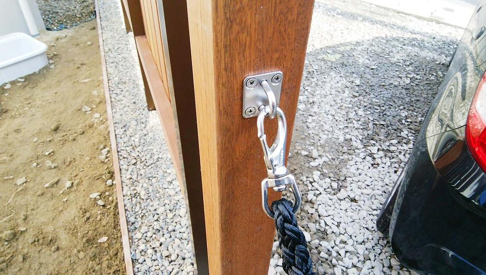 木製フェンスとフレキシブルロープ