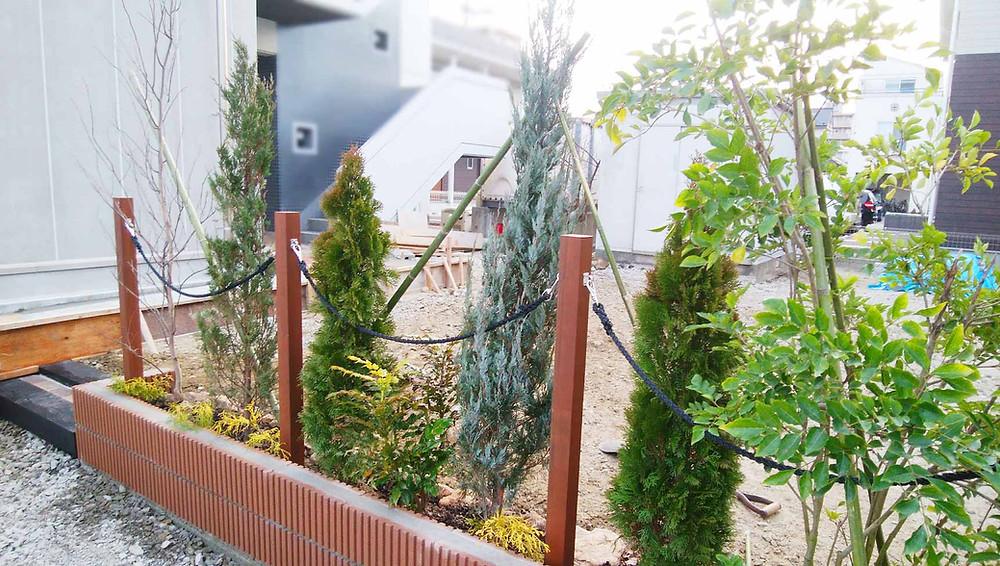 フレキシブルロープと花壇