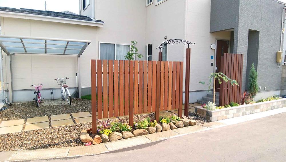 目隠しフェンスと花壇3