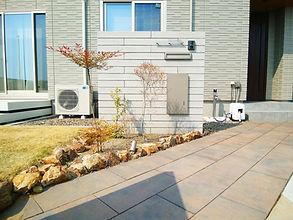 ロングシェイプのボーダーブロックに、宅配ボックス・ポスト・表札・インターホンを設置したスタイリッシュな門壁。お庭にはタイルデッキを設置し、安全対策のためにデッキフェンスも取り付けました。暖かくなったら天然芝を敷く計画なので、今は水はけ対策として砂を敷いた状態にしています。庭の周囲には、プライバシー対策として高さ1.2Mのフェンスを設置しました。カーポートには専用のカーポートライトを設置しているので、夜間の駐車でも安心です。