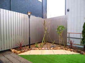 植木とガーデンライト