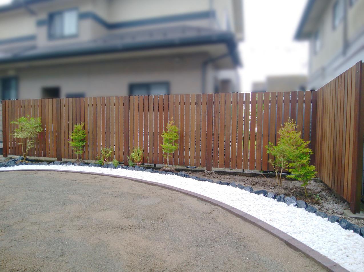 オリジナルの木製フェンス・白砂利・花壇