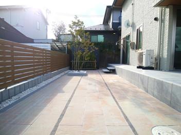 透水性平板を使用した大型テラスと天然芝(TM-9)の庭・6