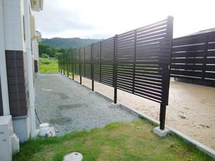 Case32:プライバシー確保のための2段柱フェンスと枕木支柱