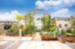 バラのガゼボ、レンガブロックの花壇の庭