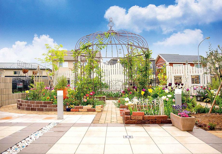 バラのガゼボの庭