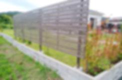 プライバシー確保のための2段柱フェンスと枕木支柱