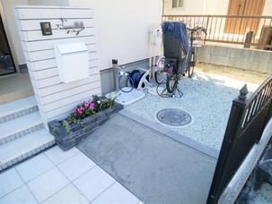 Case58:バイナルフェンスのお庭と玄関前の一式リフォーム