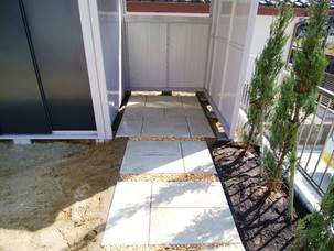 Case29:駐輪場へと続く平板敷きのアプローチ