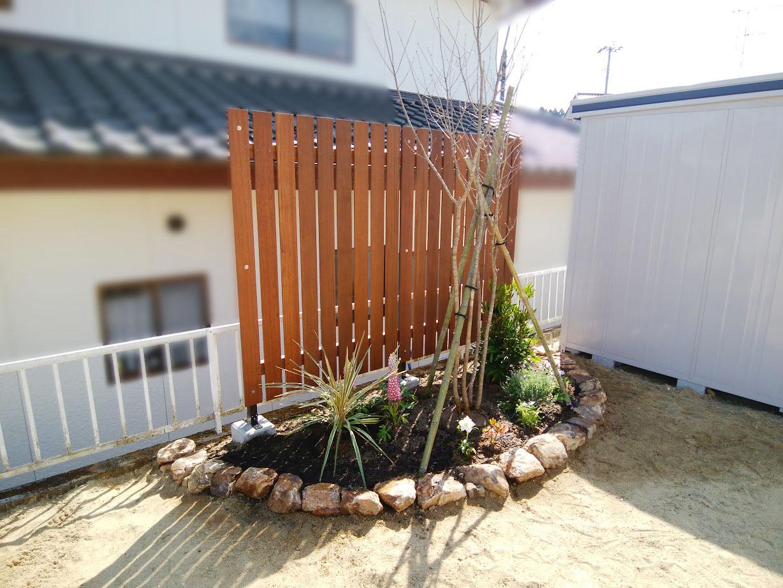 花壇と目隠しフェンス