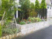 石張り花壇の華やかな玄関