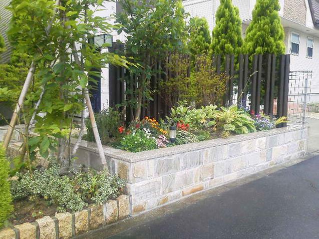 玄関周りの石貼りの花壇