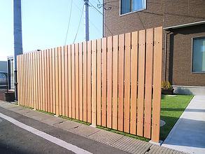 道路からリビングが丸見えでしたので、プライバシー確保と、お庭で視線を気にせずくつろげるように、高さ1.8Mの目隠しフェンスを設置しました。柱はアルミ、パネルはセランガンバツ材を使用しています。