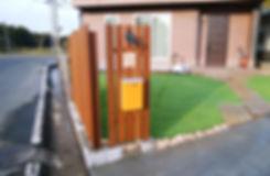 変形敷地を生かした駐車場と人工芝のあるお庭