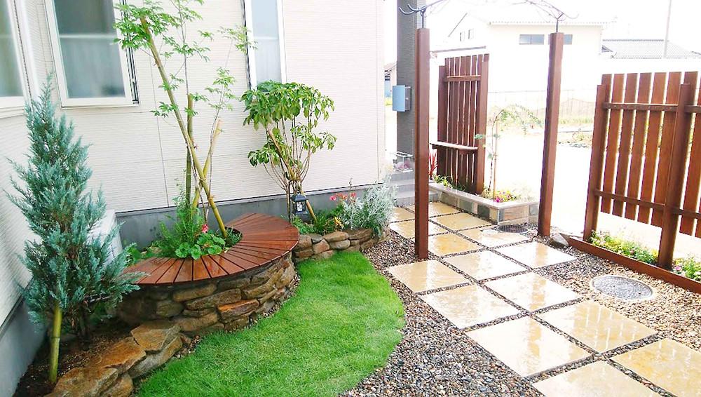 目隠しフェンスと花壇2
