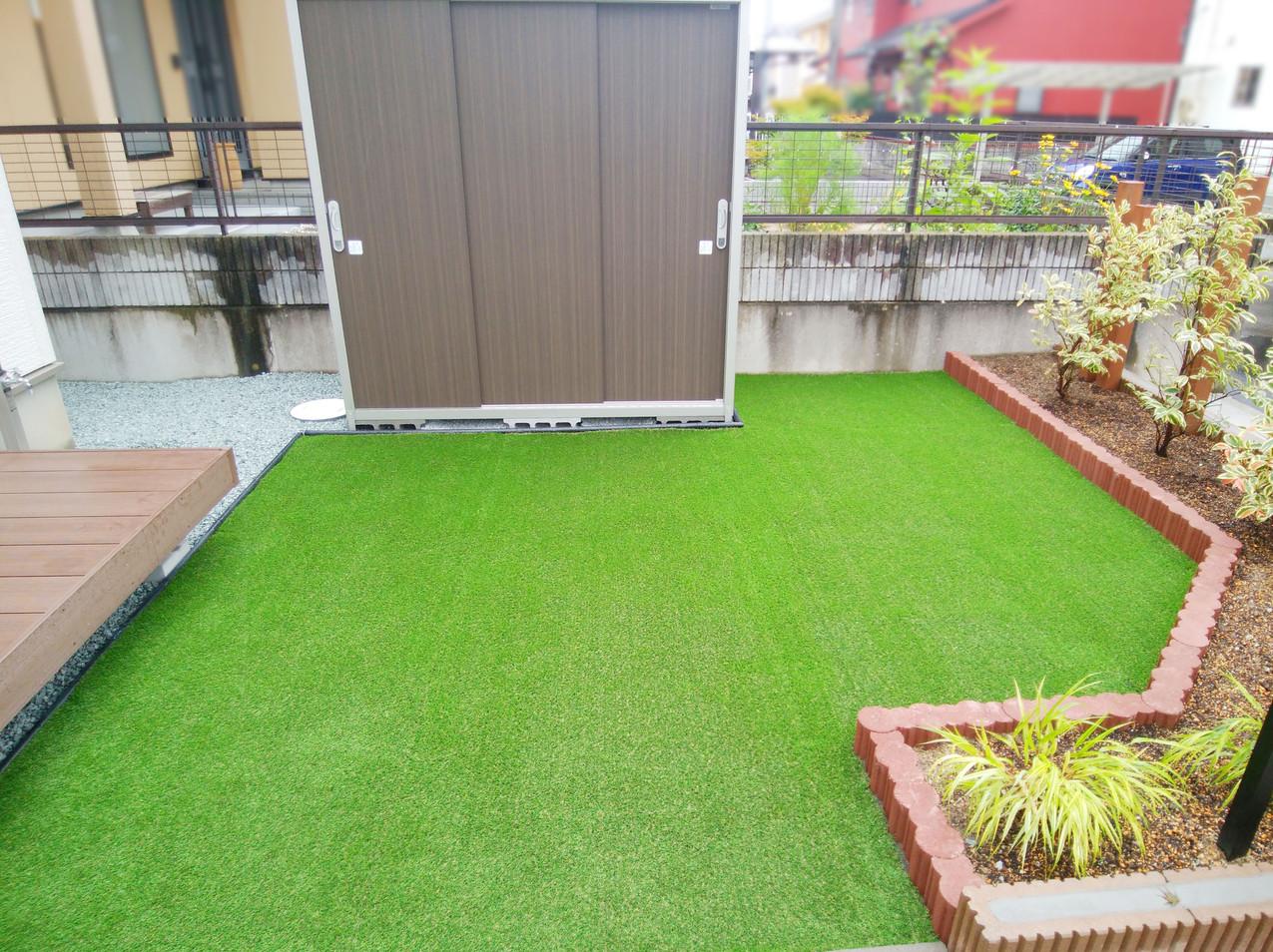 手入れのいらない人工芝と新しく物置を設置