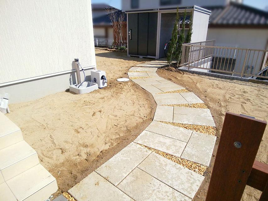 駐輪場までの敷石のアプローチ