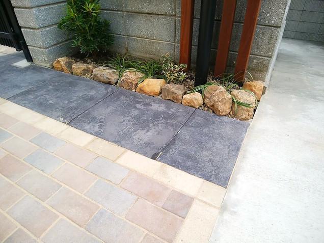 門壁後ろのミカモ石の植栽スペース
