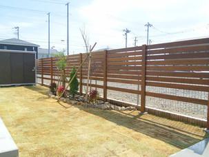 Case17:ハードウッドで作った木製フェンスとミニ花壇のお庭