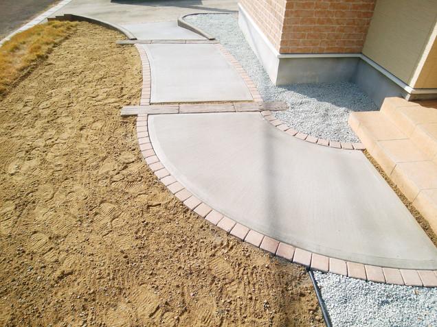 インターロッキングブロックの縁取りとコンクリート枕木の曲線アプローチ