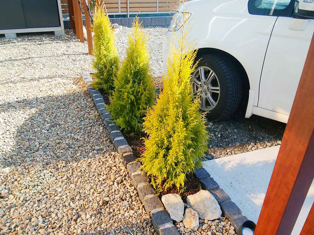 駐車スペース脇のピンコロ石のミニ花壇