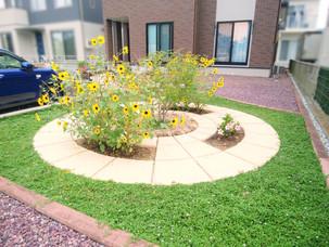 Case33:天然石貼りの土留めブロックとサークル花壇のある庭