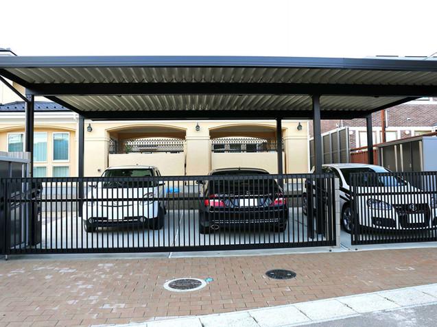 3台分のカーポートと駐車場、自動跳ね上げ式ゲート