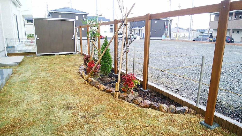 姫高麗芝とミカモ石の花壇・物置