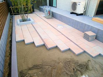 名取市外構工事|透水性平板を使用した大型テラスと天然芝(TM-9)の庭・4