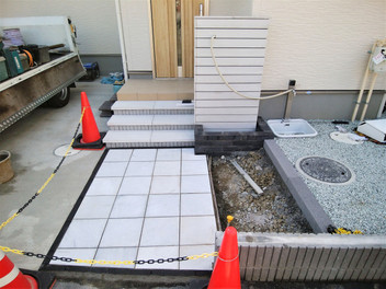 太白区外構工事|バイナルフェンスのお庭と玄関前の一式リフォーム・5