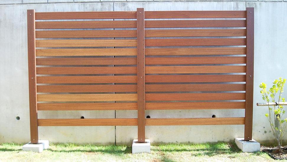 手作りの木製フェンス
