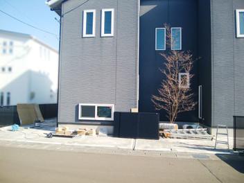 名取市外構工事|リクシルのカーポートSC・カーポートSCミニ(駐輪場)を設置したスタイリッシュなエクステリア・1