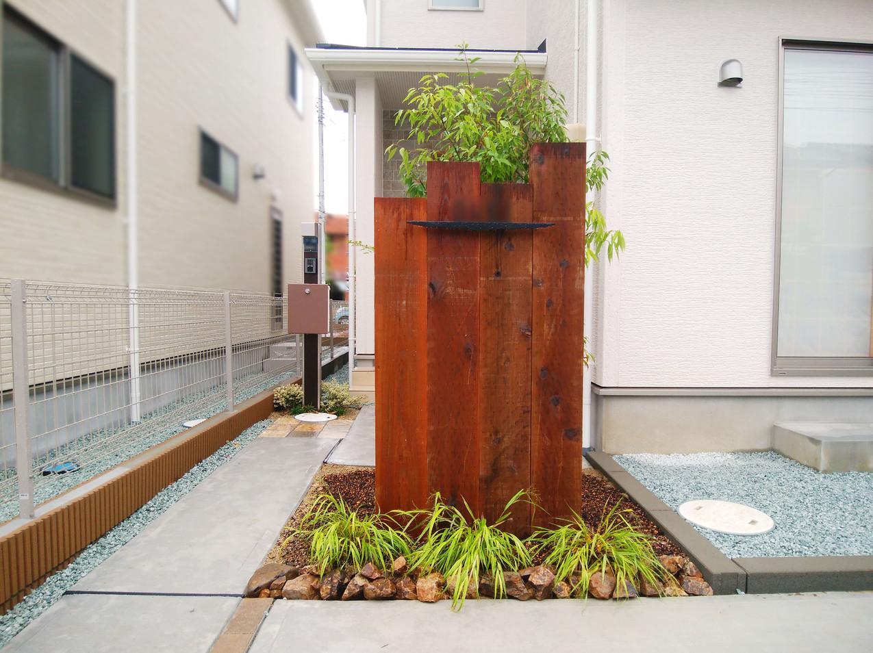 枕木門柱で玄関への視線を緩和