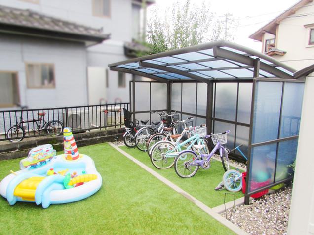 人工芝のお庭と駐輪スペース
