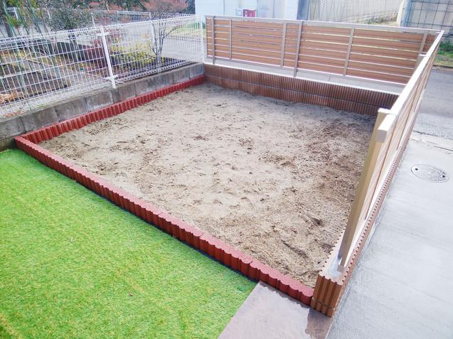 花壇と人工芝